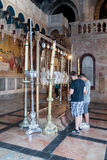 Os crentes rezam na entrada à igreja do sepulcro santamente no Jerusalém, Israel Imagem de Stock