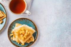 Os crepes serviram com as maçãs caramelizadas para a sobremesa fotografia de stock