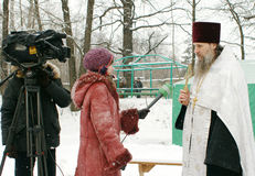 Os cristãos ortodoxos participam em um batismo Imagem de Stock