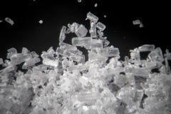 Os cristais da creatina pelo microscópio olham como a metanfetamina Suplemento dietético atlético no close-up dos detalhes Crista Imagem de Stock Royalty Free