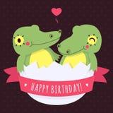 Os crocodilos bonitos do bebê dos gêmeos no ovo vector o cartão do feliz aniversario ilustração royalty free