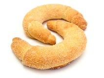 Os croissants frescos strewed pelo açúcar fotos de stock