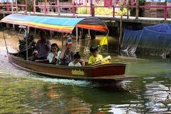 Os cruzeiros pequenos do barco de passageiro tomam turistas a nossa maneira Foto de Stock