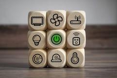 Os cubos cortam com símbolos espertos da casa imagem de stock royalty free