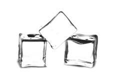 Os cubos de gelo fecham-se acima com a reflexão e os waterdrops isolados em um fundo branco Foto de Stock Royalty Free