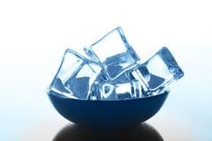 Os cubos de gelo transparentes rolam no fundo branco com gotas da água Imagem de Stock