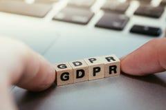 """Os cubos de madeira com o  do """"GDPR†das letras para o regulamento geral da proteção de dados estão encontrando-se imagem de stock"""