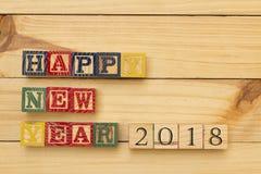 Os cubos de madeira do ano novo feliz 2018 na tabela de madeira esfriam Foto de Stock Royalty Free