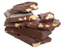 Os cubos do montão do chocolate com porcas fecham-se acima do isolado Imagem de Stock Royalty Free