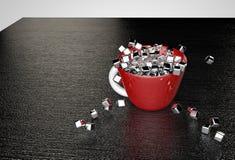 Os cubos lustrosos do metal enchem o copo vermelho Foto de Stock