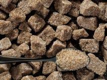 Os cubos Rushy do açúcar cru fecham-se acima Foto de Stock