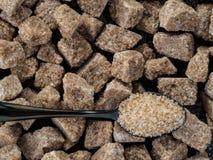 Os cubos Rushy do açúcar cru fecham-se acima Fotos de Stock