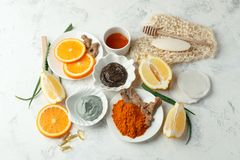 Os cuidados com a pele caseiros e o corpo esfregam e mascaram com ingredientes naturais mel, limão, argila, grão de café, alo imagens de stock