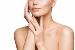 Os cuidados com a pele da beleza da mulher, modelo Touching Face, os bordos bonitos da menina pregam o tratamento foto de stock royalty free