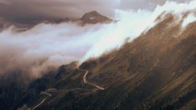 Os cumes bonitos da paisagem do lapso de tempo da natureza da estrada da montanha balançam video estoque