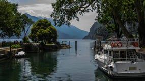 Os cumes e o garda do lago Foto de Stock
