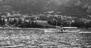 Os cumes e o garda do lago com balsa velha Foto de Stock