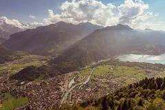 Os cumes suíços lauterbrunnen a estrada secundária da vila fotos de stock