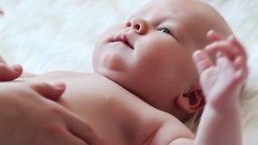 Os cursos da mamã e sustentam um bebê recém-nascido video estoque