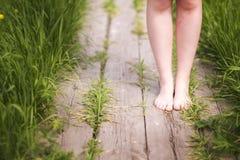 Os custos da menina com os pés descalços em um trajeto Imagens de Stock Royalty Free