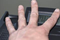 Os dígitos de disqu 911 na exposição do telefone, nenhuma resposta, o conceito do serviço de salvamento não tiveram o tempo para  foto de stock