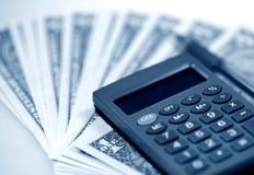 Os dólares e a calculadora americanos do dinheiro imagens de stock