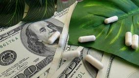 Os dólares encerram a medicamentação medicinal do conceito do investimento empresarial da terapia do custo, tiro do lento-movimen vídeos de arquivo