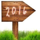 Os dados 2016 queimaram-se no sinal de madeira contra o fundo do whithe Fotos de Stock Royalty Free