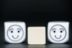 Os dados vazios com emoticon cortam (feliz) no fundo Fotografia de Stock