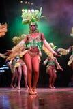 Os dançarinos com vestidos bonitos executaram em Tropicana, o 15 de maio de 2013 em Havana, Cuba.formed Fotografia de Stock