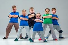 Os dançarinos da escola de dança das crianças, do bailado, do hiphop, da rua, os funky e os modernos Imagens de Stock