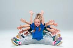 Os dançarinos da escola de dança das crianças, do bailado, do hiphop, da rua, os funky e os modernos Imagem de Stock