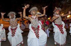 Os dançarinos de Ves (acima dos dançarinos do país) executam durante o Esala Perahera em Kandy, Sri Lanka Foto de Stock