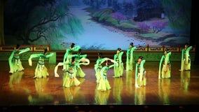 Os dançarinos de Xian Dance Troupe executam a mostra famosa de Tang Dynasty em Xian Theatre, China