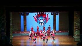 Os dançarinos de Xian Dance Troupe executam a mostra famosa de Tang Dynasty em Xian Theatre, China filme