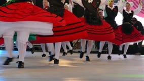 Os dançarinos espanhóis no traje tradicional, executam a dança popular vídeos de arquivo