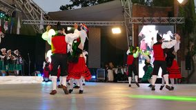 Os dançarinos espanhóis no traje tradicional, executam a dança popular video estoque