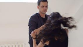 Os dançarinos flexíveis e sensuais dançam danças de salão de baile Dança Latin Bachata salsa video estoque