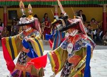 Os dançarinos mascarados em Ladakhi tradicional trajam a execução durante o festival anual de Hemis imagens de stock royalty free