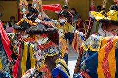 Os dançarinos mascarados em Ladakhi tradicional trajam a execução durante o festival anual de Hemis foto de stock royalty free