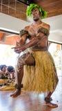 Os dançarinos nativos masculinos mantem distraído o tourise Fotografia de Stock