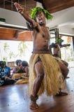 Os dançarinos nativos masculinos mantem distraído turistas Fotografia de Stock Royalty Free