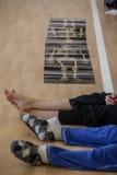 os dançarinos pagam, os pés, no assoalho Fotografia de Stock Royalty Free