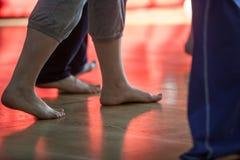os dançarinos pagam, os pés, no assoalho Foto de Stock Royalty Free