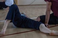os dançarinos pagam, os pés, no assoalho Foto de Stock