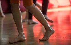 os dançarinos pagam, os pés, no assoalho Imagem de Stock