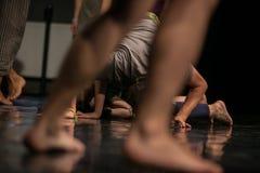 os dançarinos pagam, os pés, pés dos dacers, barefoots no movimento perto do assoalho Fotografia de Stock