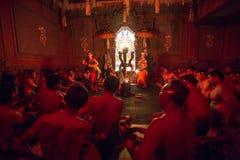 Os dançarinos que executam o fogo tradicional do transe de Kecak do balinese dançam Imagem de Stock