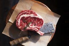 Os dans le bifteck et le couteau de rangée de Rib Eye Images libres de droits