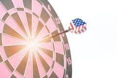 Os dardos com a bandeira do Estados Unidos bateram o alvo Fotografia de Stock Royalty Free